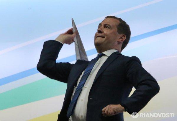 Медведев запускает самолётик.jpg