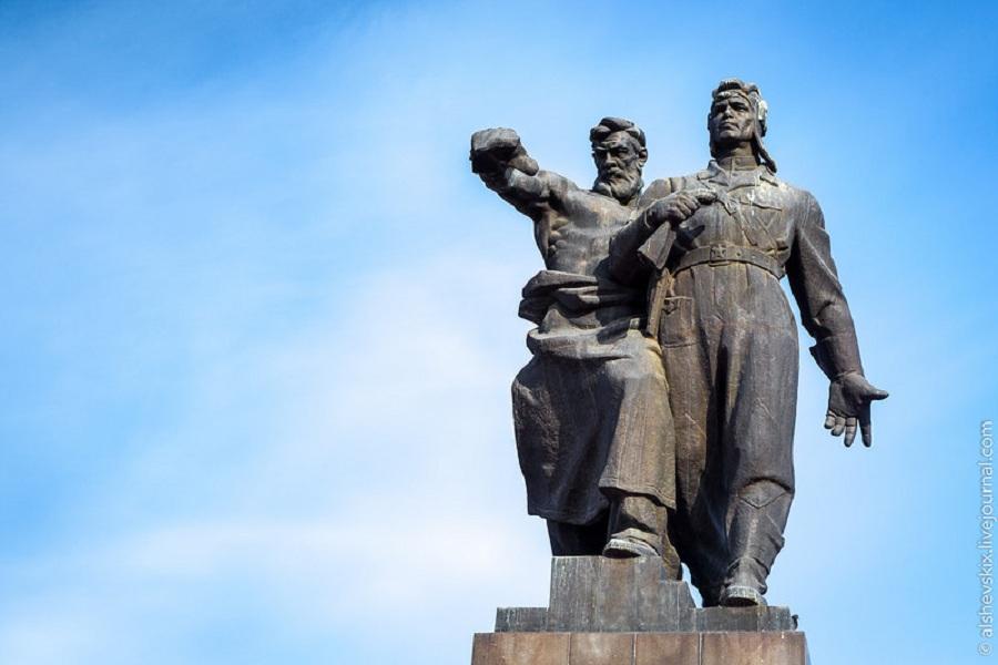 Памятник УДТК.jpg