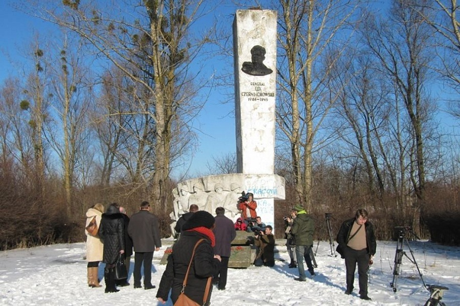 Памятник Черняховскому до сноса.jpg