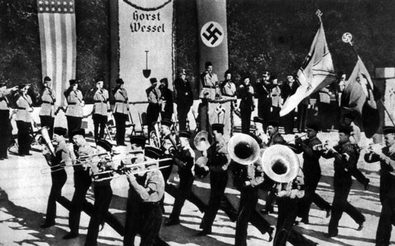 Демонстрация солидарности американских фашистов с гитлеровской Германией 1938 г.jpg