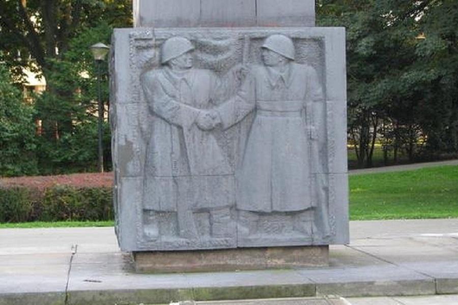 Памятник благодарности советскому солдату в Жешуве.jpg
