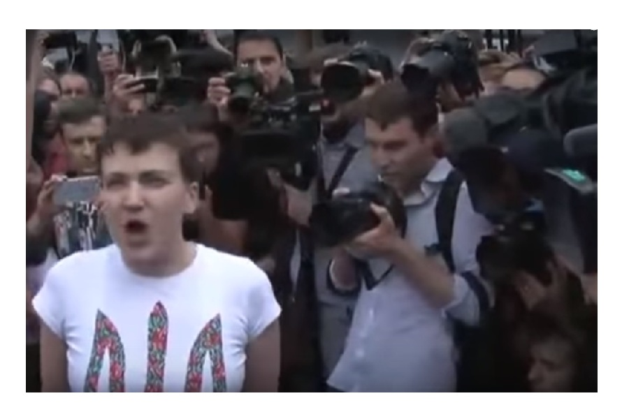 Савченко орёт в аэропорту.jpg