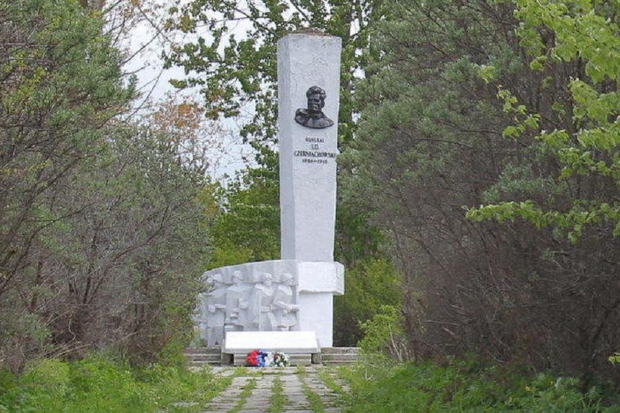 Памятник Черняховскому.jpg