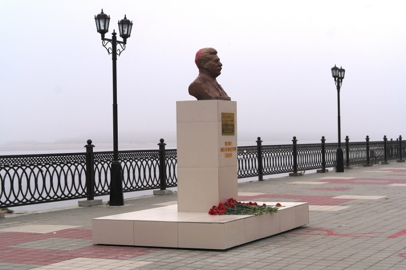 Бюст Сталину в Сургуте.JPG