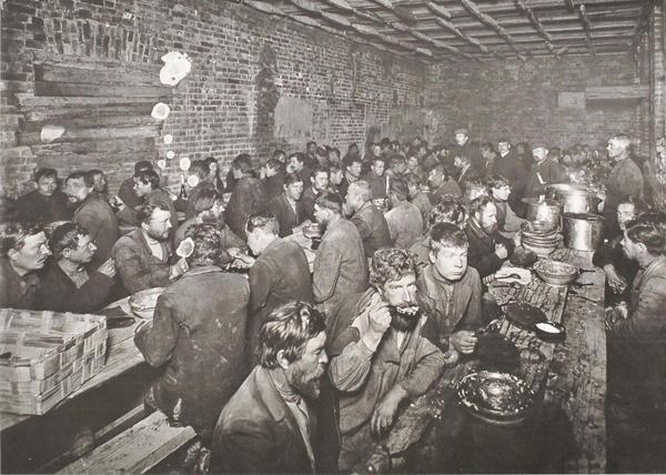 03 Рабочие хрустят французской булкой.jpg