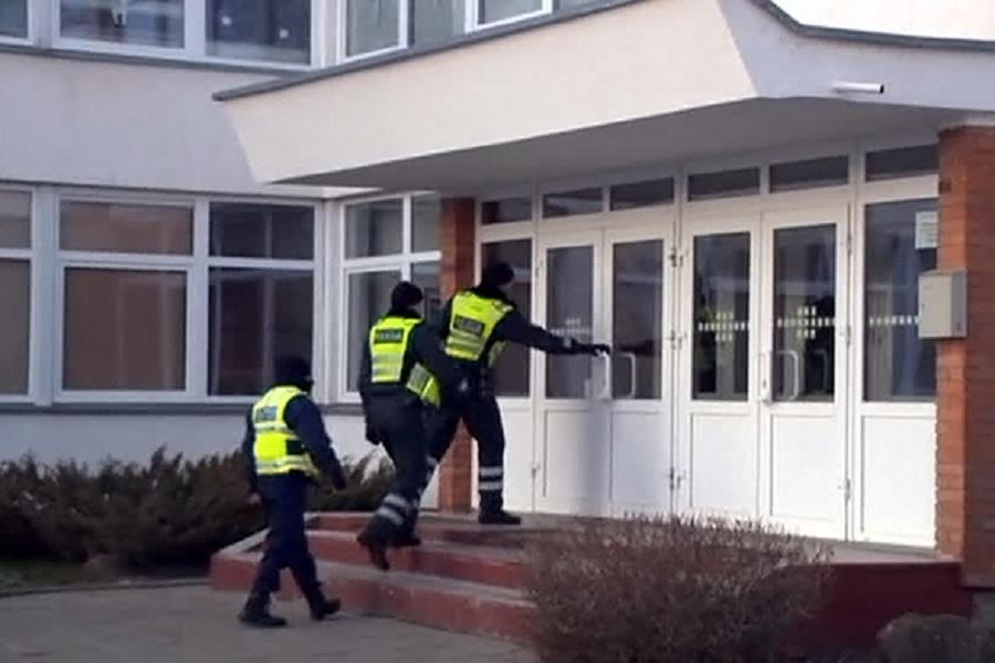 Литовские силовики в школе.jpg