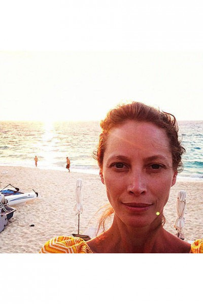 elle-06-celebs-no-makeup-selfies-christy-turlington-took-beautiful-selfie-beach-v-lgn