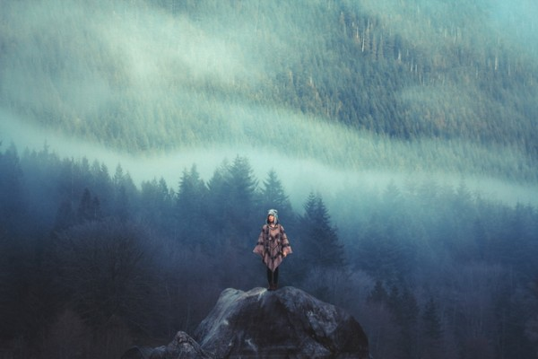 Фото девушки на фоне пейзажа