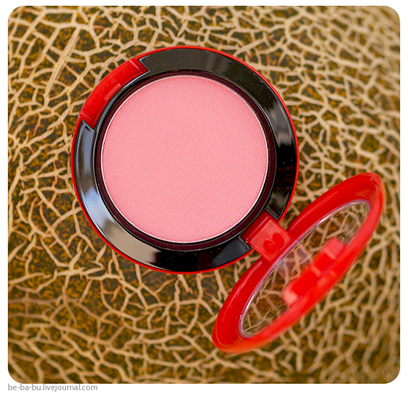 Румяна-MAC-Sharon-Osbourne-Powder-Blush-review2
