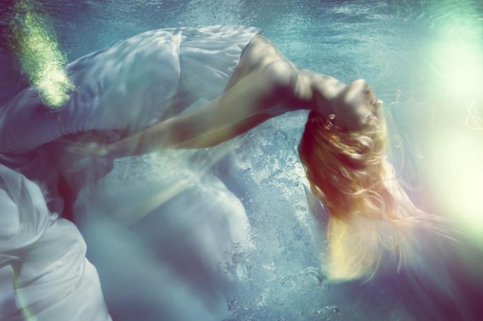 Чувственная подводная beauty-съемка