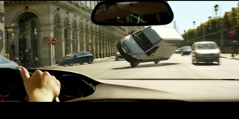 И даже огромные автомобили в ужасе пытаются избежать встречи с ней.