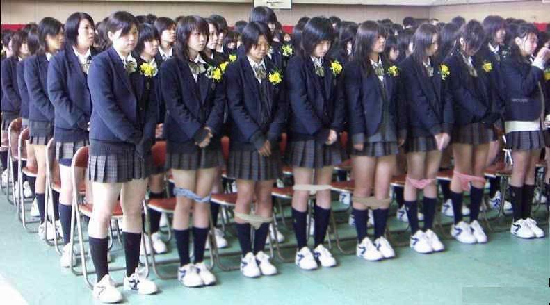 Японских школьниц проверяют на наличие нижнего белья в школе.