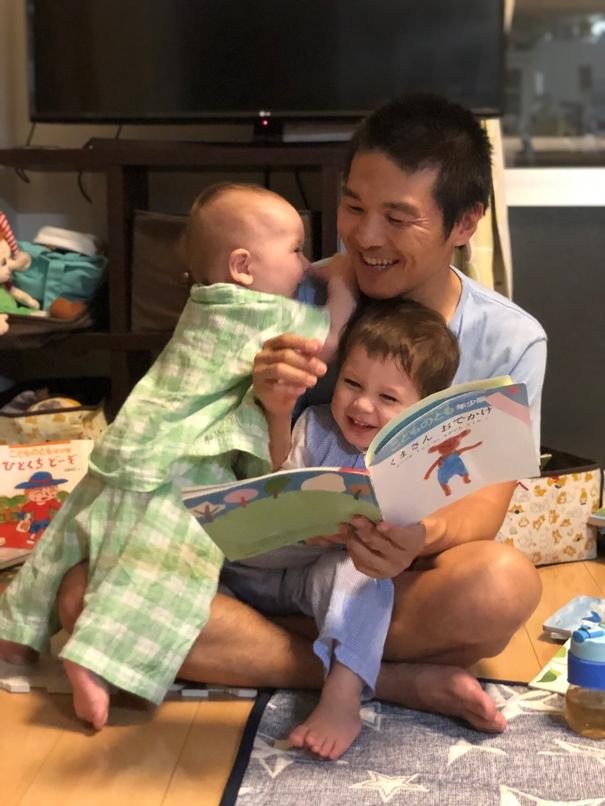 Счастливый отец погодок Ёсида Коити