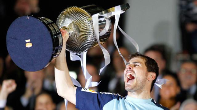 Casillas levantando la Copa del Rey 2011