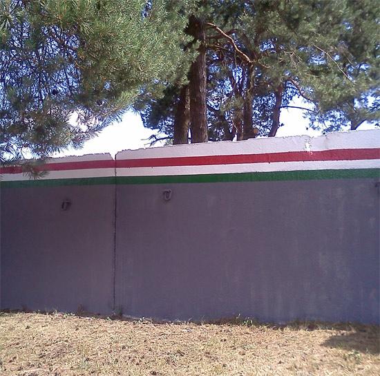 забор в стиле бело-красно-белый флаг