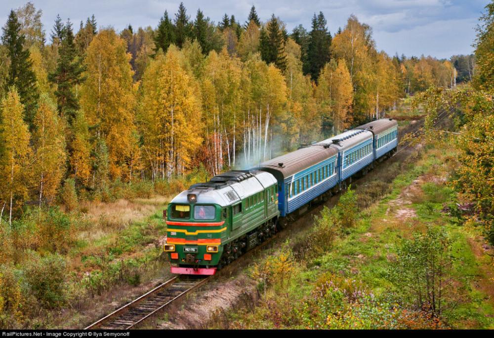 M62 locomotive with suburban train Tuma - Vladimir, Ryazan region, Russia, October 03, 2010