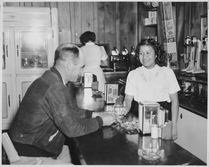 ретро фото НМ 1950-ые A server at Brown's Cafe in Albuquerque