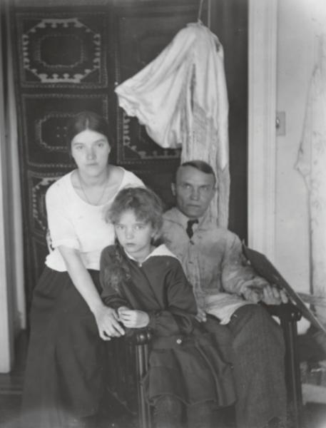 Ия Фешина в возрасте десяти лет с матерью и отцом в Нью-Йорке, 1924