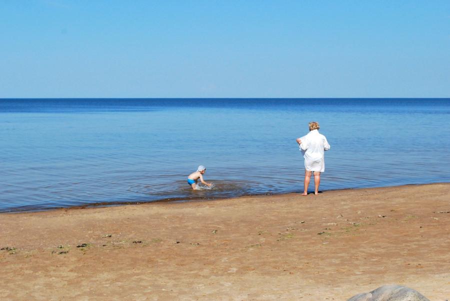 Один день спокойного летнего отдыха на взморье домохозяйка