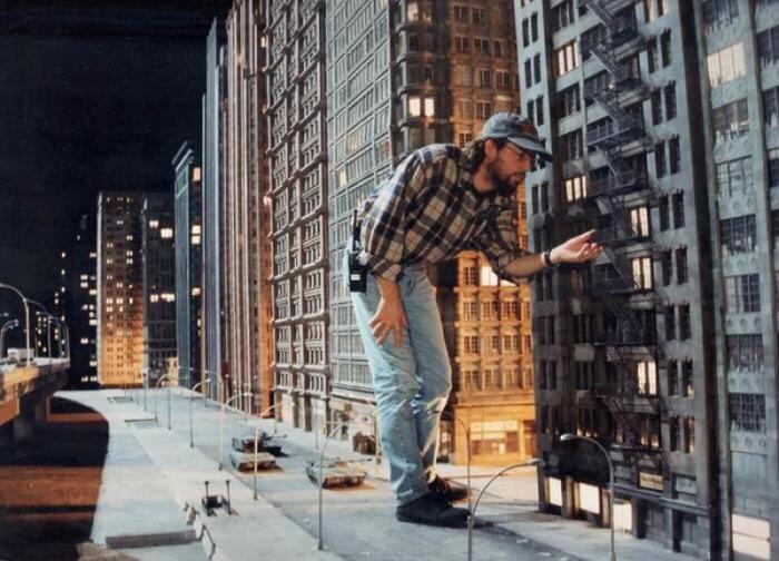 Подготовка декораций для съемок фильма «Годзилла», 1997 год, США.