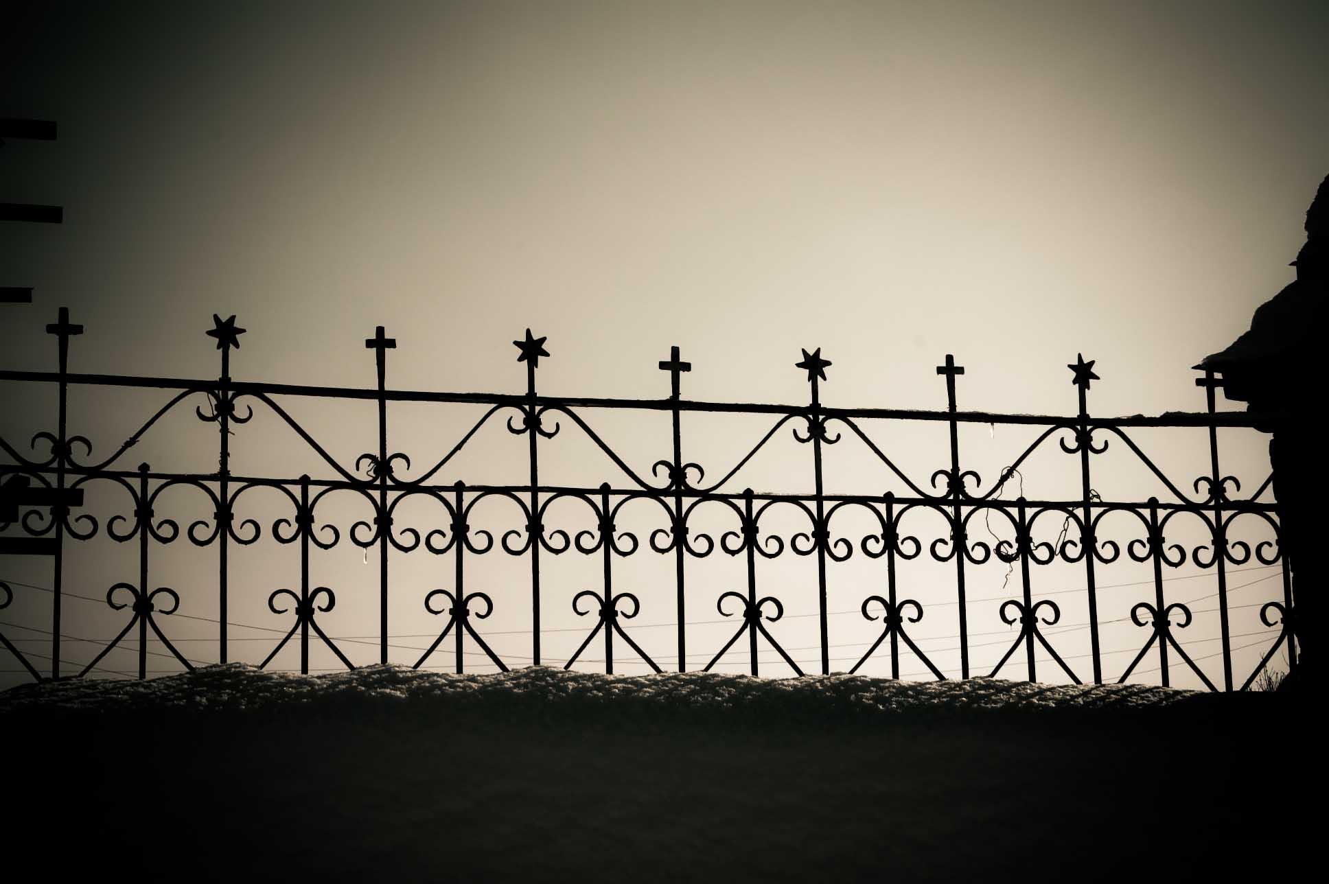 Кага. Зима Храмовая изгородь.Звезда Давида и крест