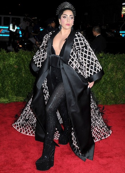2850809500000578-3068185-Intricate_designs_Lady_Gaga_attended_the_Met_Gala_in_New_York_Ci-a-188_1430790103022.jpg