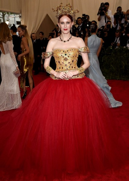 2850C9EA00000578-3068018-Period_costume_Karen_Elson_looked_like_she_was_channeling_Queen_-m-183_1430795242552.jpg