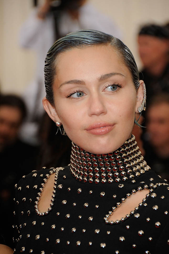 miley-met-gala-05may15-08.jpg