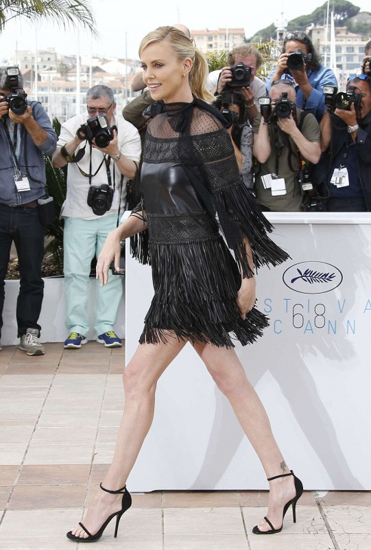 28AAA22200000578-0-Stunning_display_Every_turn_of_Charlize_s_dress_gave_onlookers_a-a-6_1431623490966.jpg