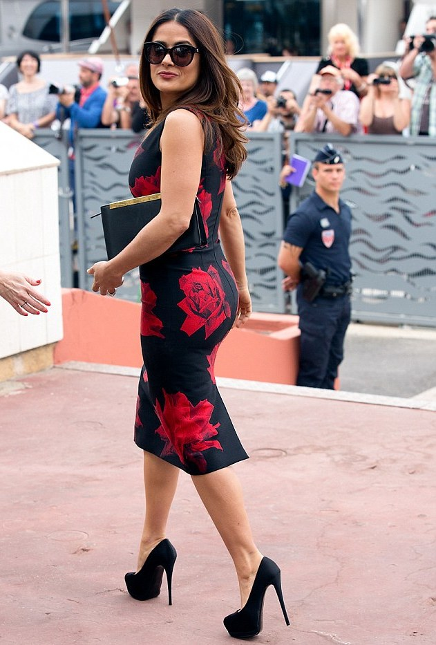 28A99D8E00000578-3081486-Sexy_and_she_knows_it_Salma_Hayek_showed_off_her_curves_and_tiny-a-26_1431604748898.jpg
