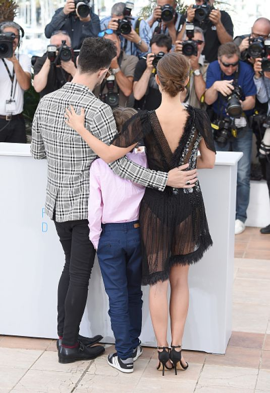 natalie-portman-at-a-tale-of-love-and-darkness-photocall-in-cannes_5.jpg