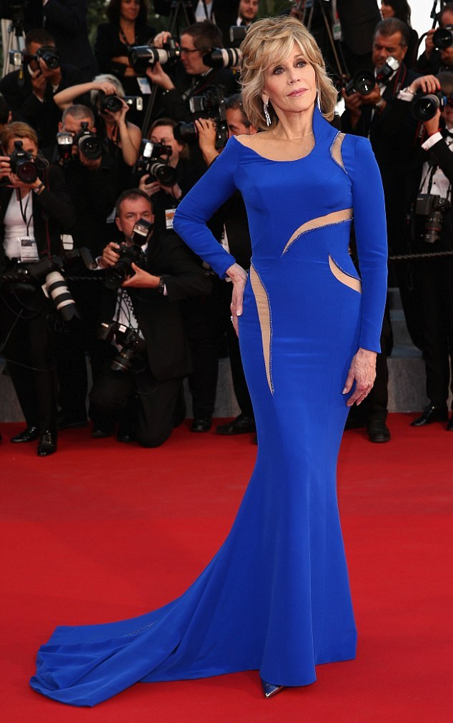 28C18CF900000578-3084736-Bold_in_blue_Jane_Fonda_showed_off_an_enviable_figure_in_an_elec-m-149_1431814827068.jpg