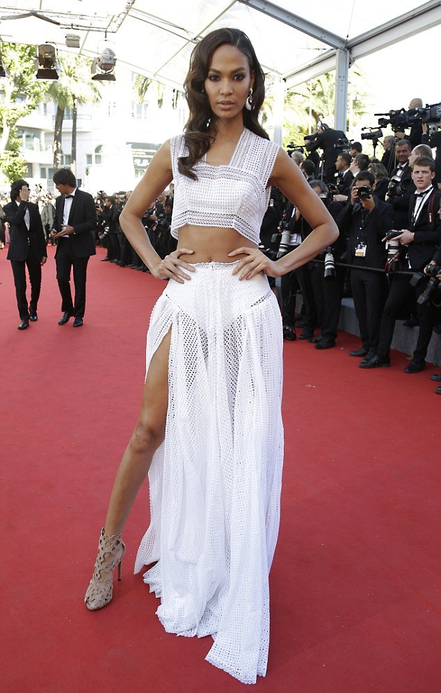 28E7B84E00000578-3089716-Matching_Kendall_s_look_Model_Chanel_Iman_worked_a_two_piece_loo-m-120_1432143641992.jpg
