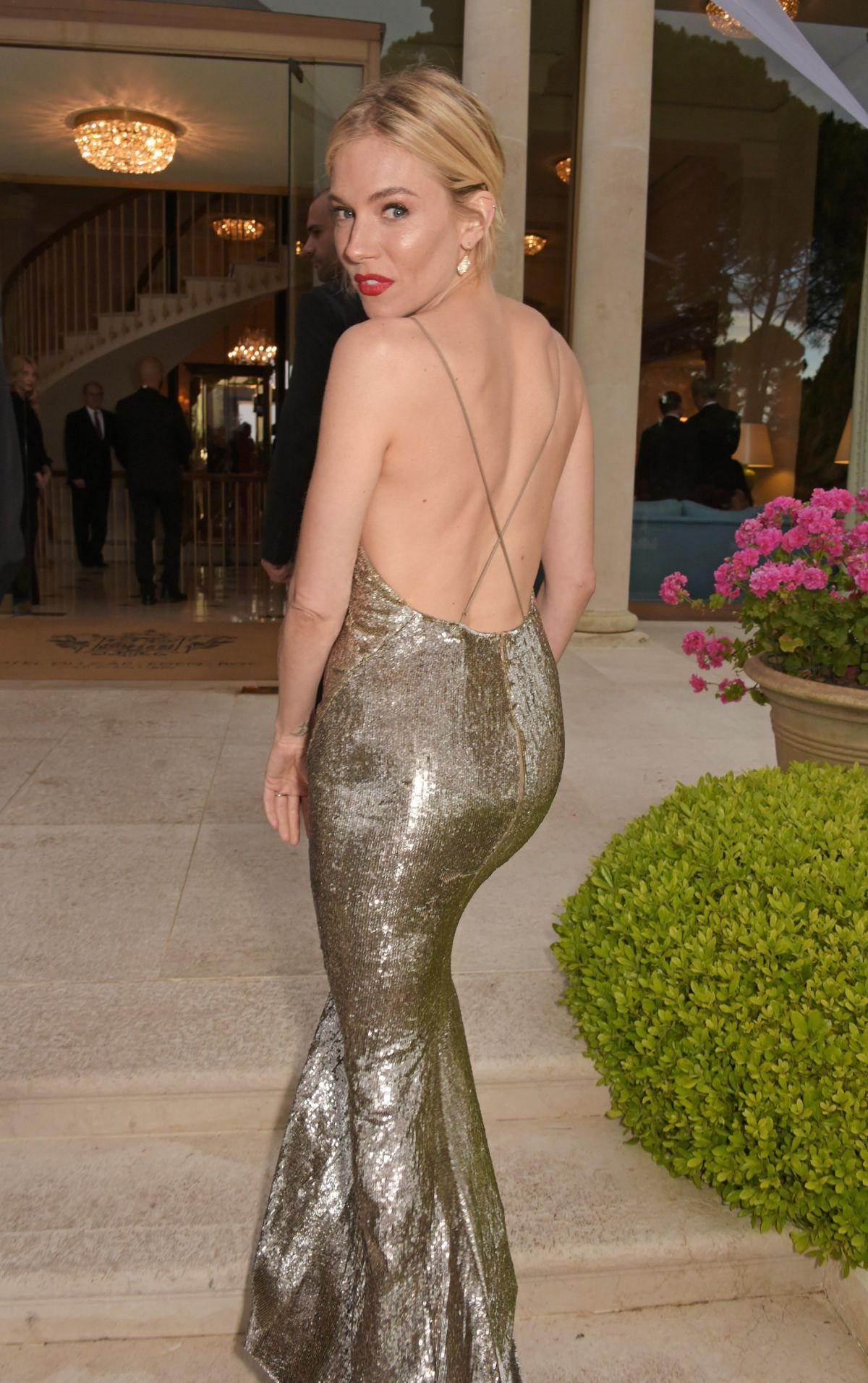 sienna-miller-at-amfar-s-2015-cinema-against-aids-gala-in-cap-d-antibes_9.jpg