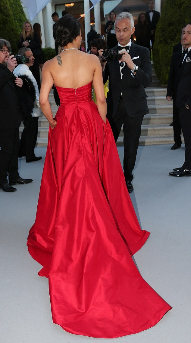 28F3419900000578-0-Standing_out_A_red_gown_was_certainly_a_bold_choice_for_the_Fast-m-93_1432243372879.jpg