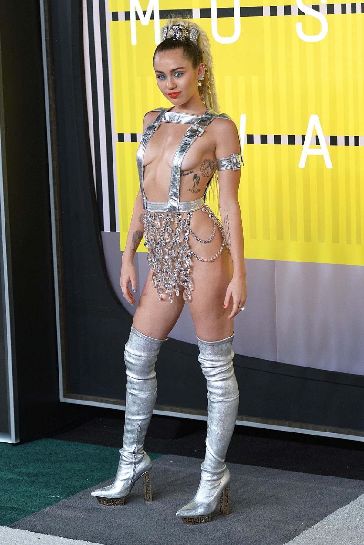 miley-cyrus-outfits-2015-vmas5.jpg