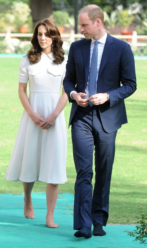 330FD51A00000578-3533978-William_and_Kate_touring_the_museum_housed_in_Old_Birla_House_De-a-40_1460386010678.jpg