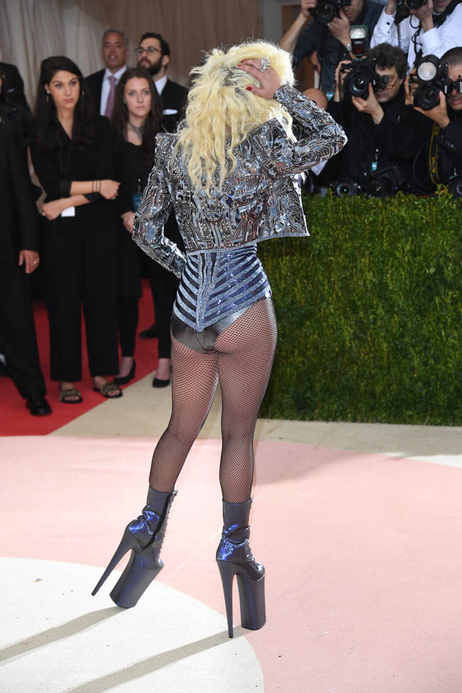 gaga-met-gala-03may16-08.jpg