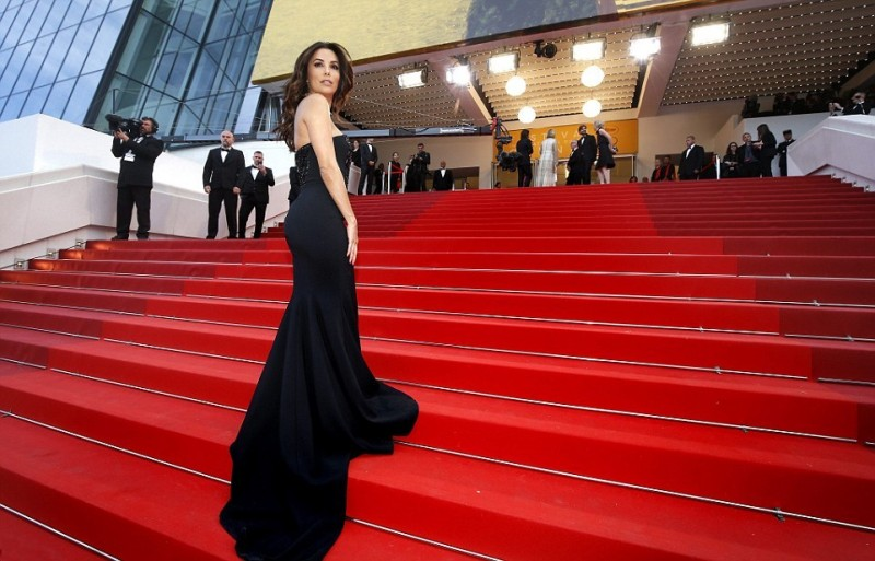3417D30E00000578-3587437-Showing_it_off_Eva_made_sure_her_lovely_black_gown_was_fully_app-a-28_1463080676727.jpg