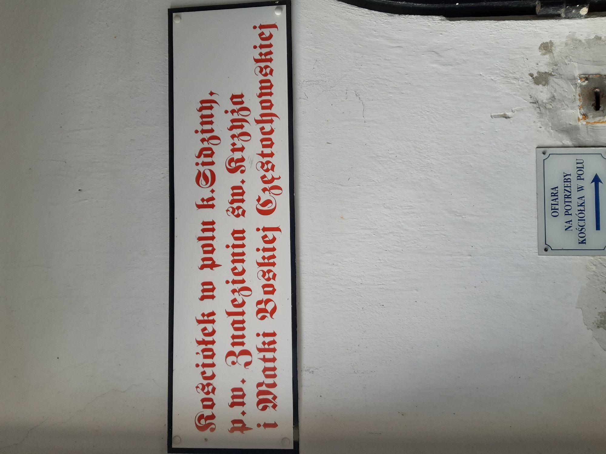 """Надпись """"Костельчик в поле около Гиджины к памяти Обретения святого Креста и Божьей Матери Ченстоховской"""""""