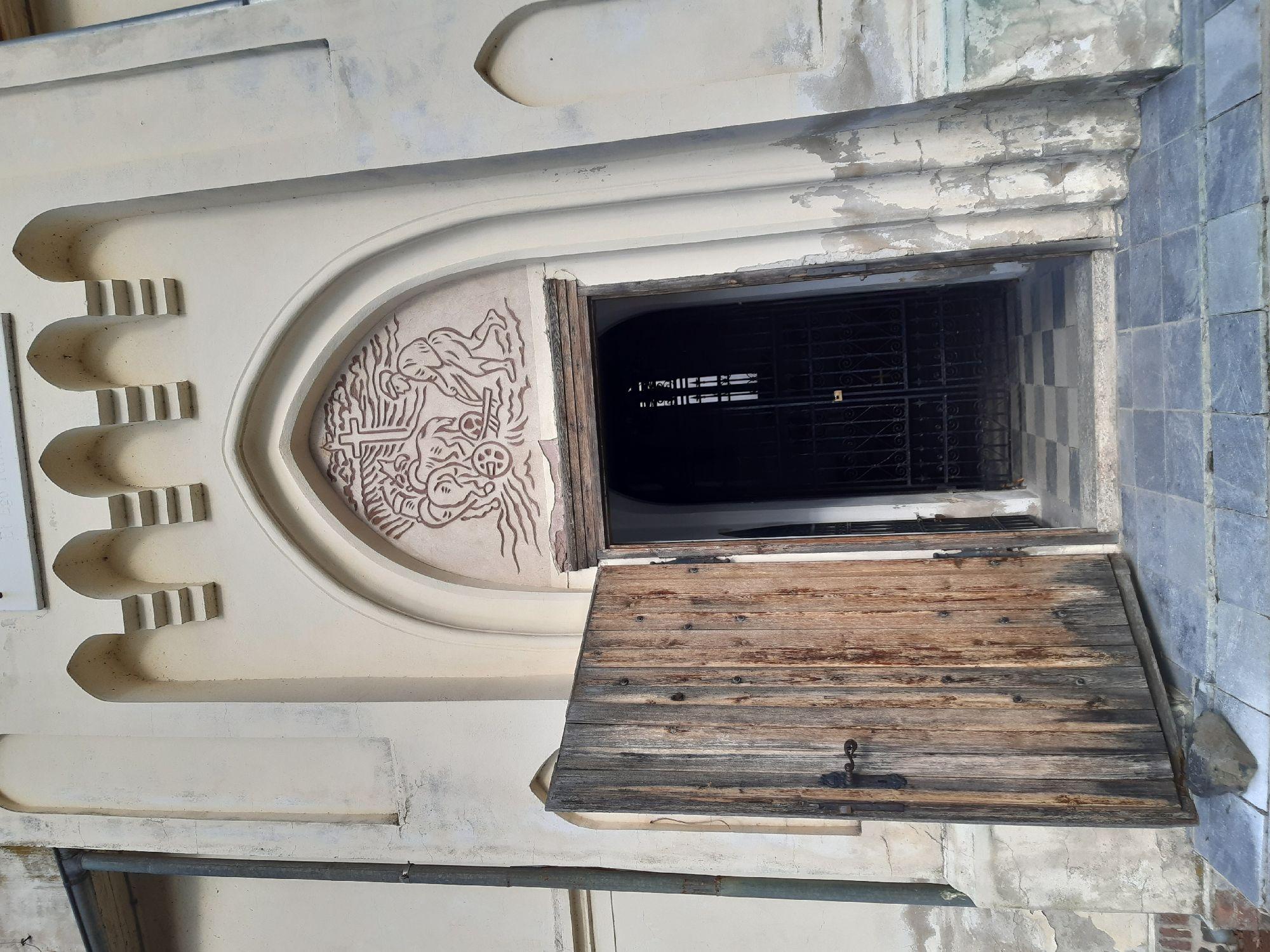 В последнее пусто, но двери гостеприимно открыты. Внутри, правда решётка... всякое, видимо, бывает