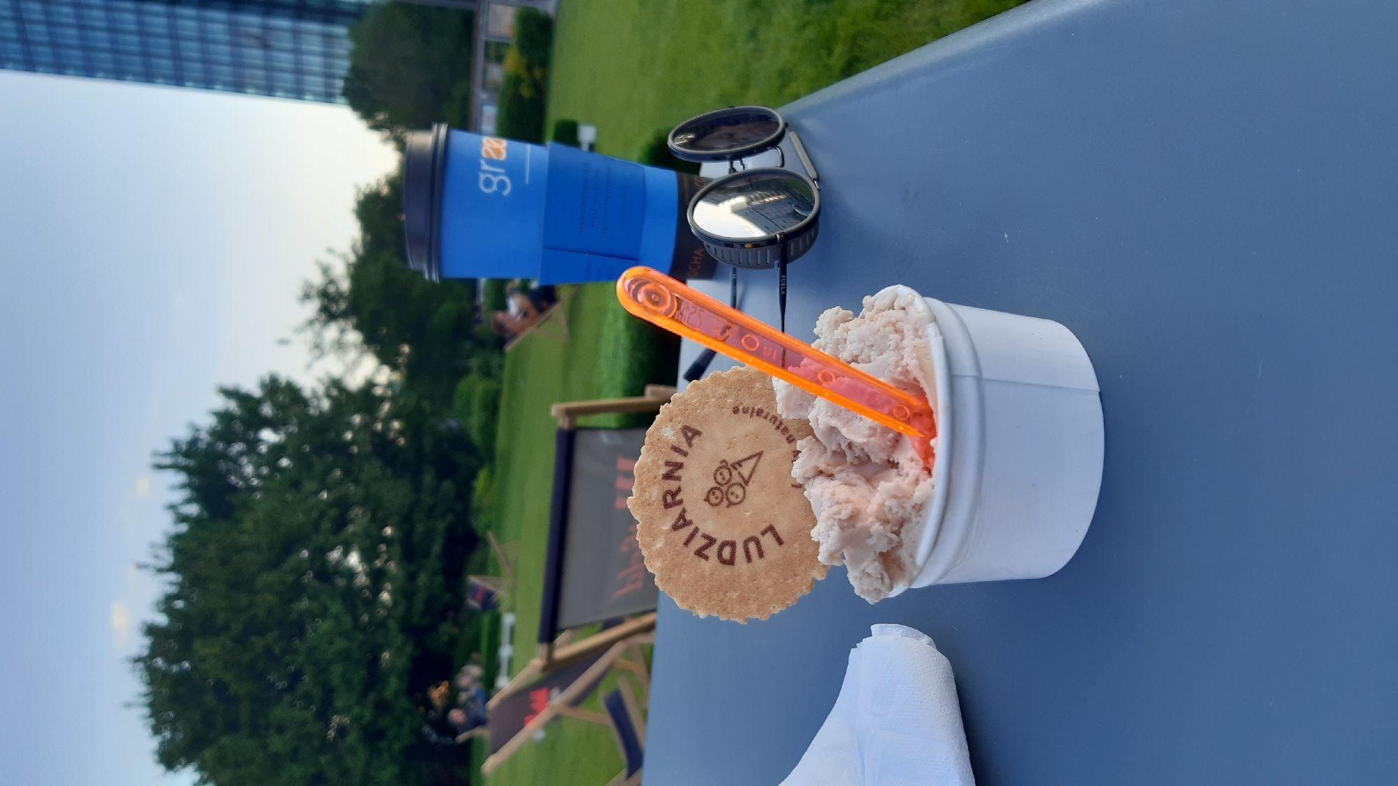 Мороженое со вкусом амаретто.  Это мы ждём,  пока нас уже заберут.