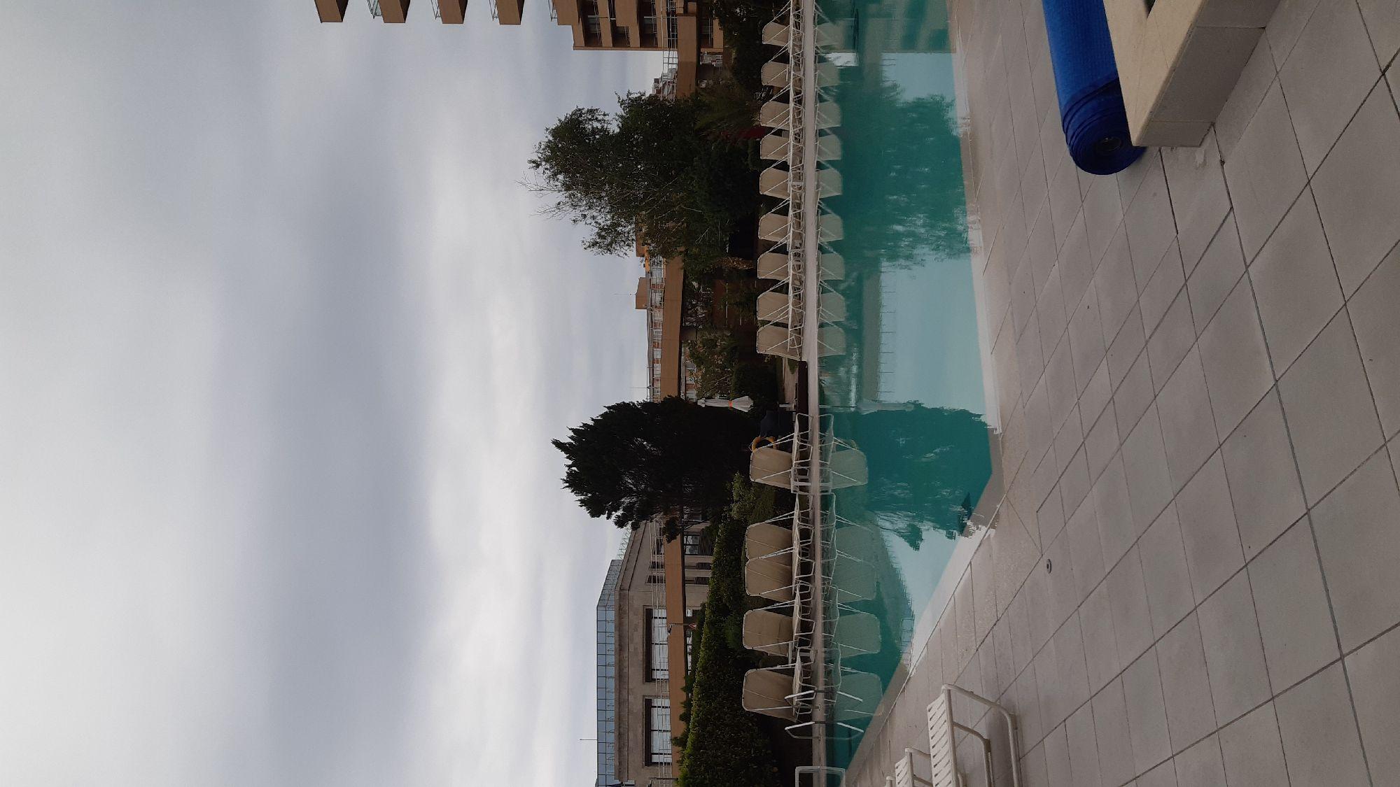 Открытый холодный бассейн. Градусов 16, думаю. После того, как я в нём поплавала минут пятнадцать,  холодно мне уже нигде не было, и даже растирание льдом не произвело впечатления)