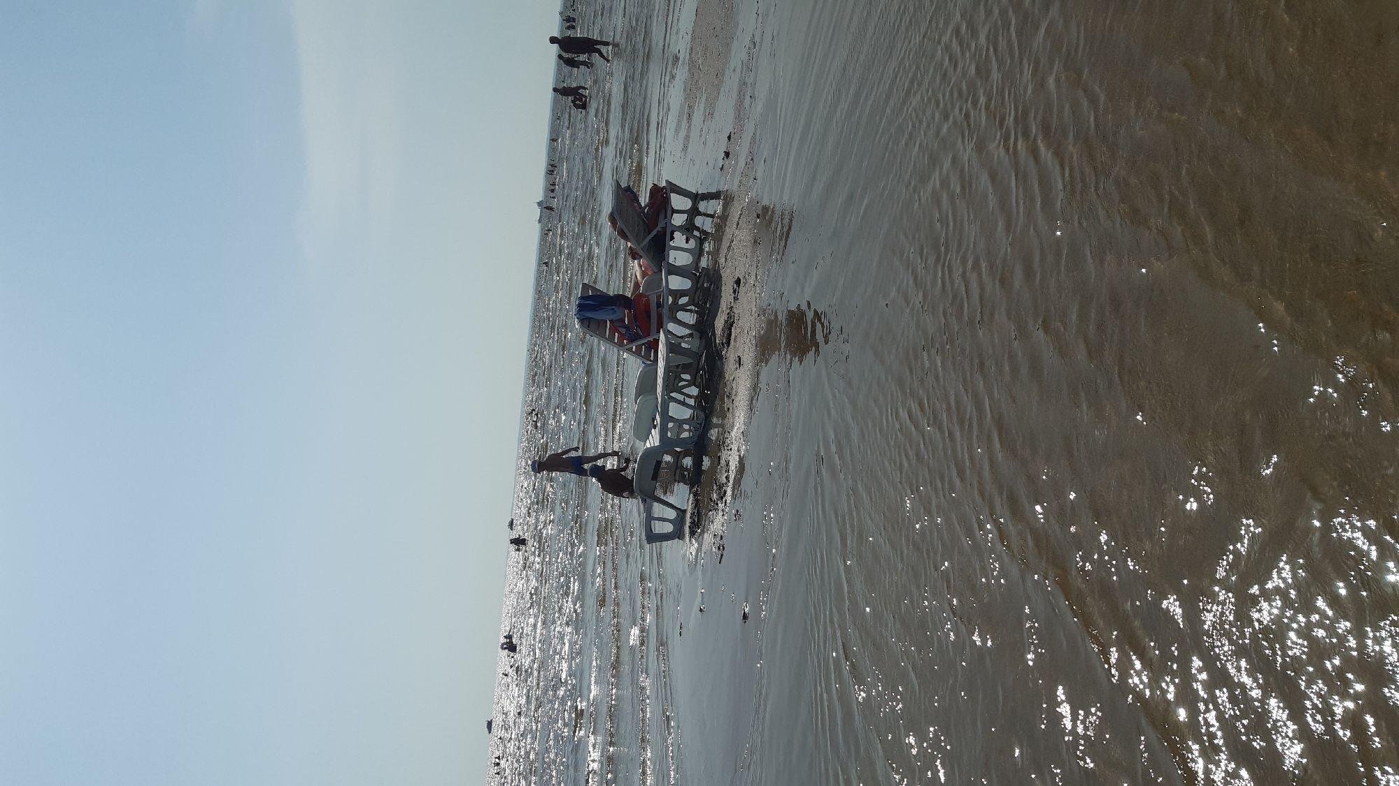 Когда мы уходили, эти лежаки стояли на пляже, а не на острове!