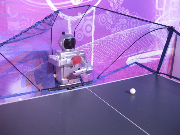 На форуме можно сыграть в пинг-понг с роботом...
