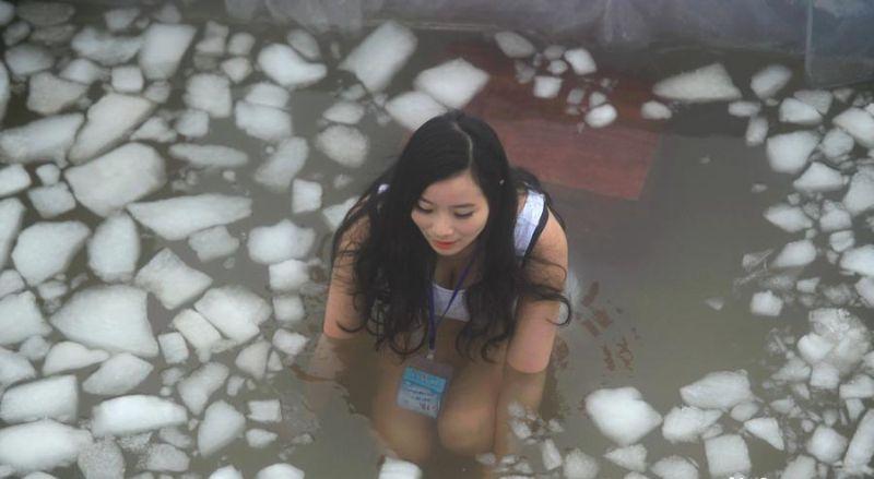 Соревнования по сидению в ледяных ванных
