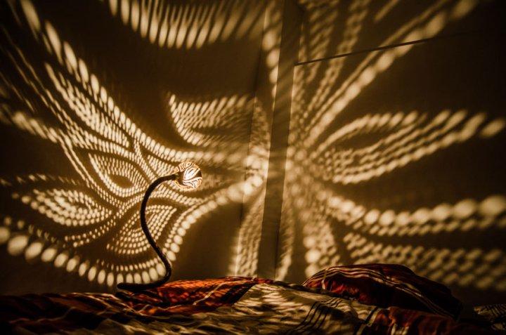 необычный светильник из кокосов