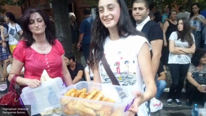 пирожки на майдане в Армении