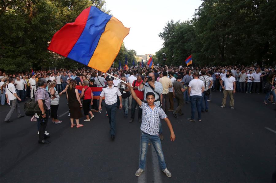 Онлайн трансляция Беспокойный Ереван