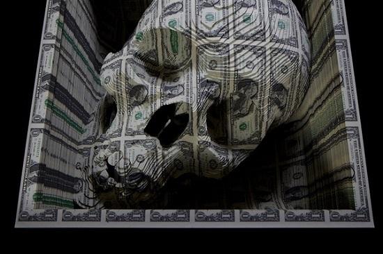 Череп, вырезанный из $ 11 000 наличными